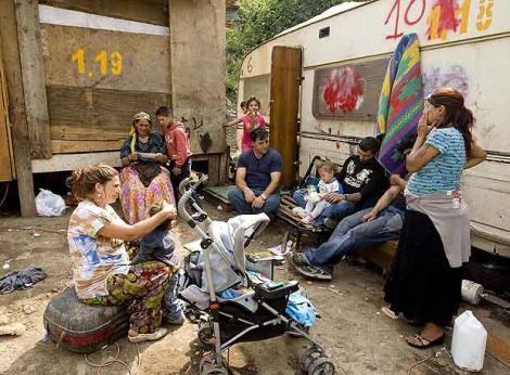 20110423125658-un-grupo-de-gitanos-de-la-antigua-yugoslavia-en-un-campamento-de-la-zona-de-casilino-cerca-de-roma.-med.jpg