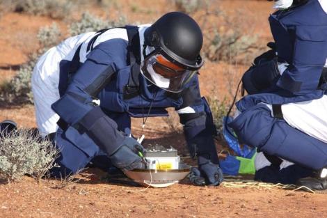 Técnicos analizando la sonda japonesa ' Hayabusa ' tras su aterrizaje. | Reuters